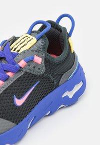 Nike Sportswear - RT LIVE UNISEX - Sneakers basse - dark smoke grey/sunset pulse/smoke grey/sapphire - 5
