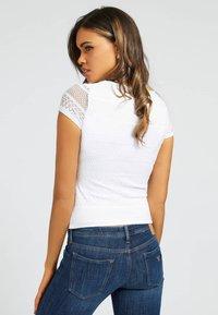Guess - NADIDE - Print T-shirt - weiß - 2