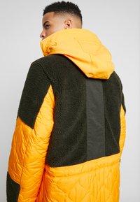 Nike Sportswear - FILL MIX - Übergangsjacke - kumquat/sequoia - 3