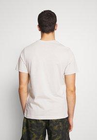Nike Sportswear - CLUB TEE - T-shirt - bas - light bone/(white) - 2