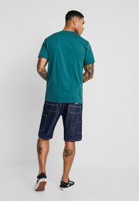 Vans - CLASSIC - Print T-shirt - trekking green - 2