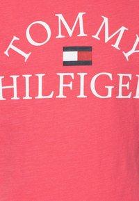 Tommy Hilfiger - ESSENTIAL LOGO - T-shirt z nadrukiem - pink - 2