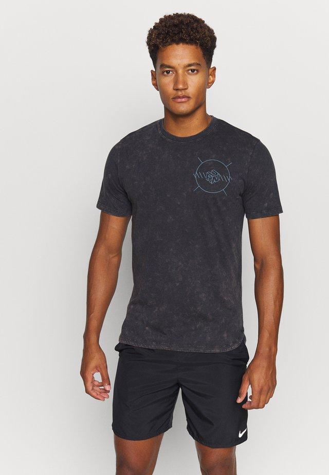 RUN ANYWHERE - T-shirt z nadrukiem - black