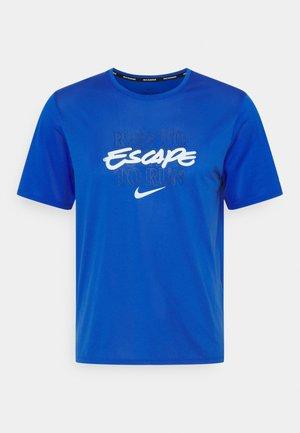 MILER - Print T-shirt - game royal