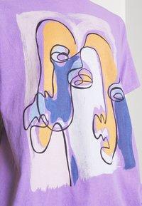 Vintage Supply - ABSTRACT ART GRAPHIC UNISEX - T-shirt imprimé - purple - 5