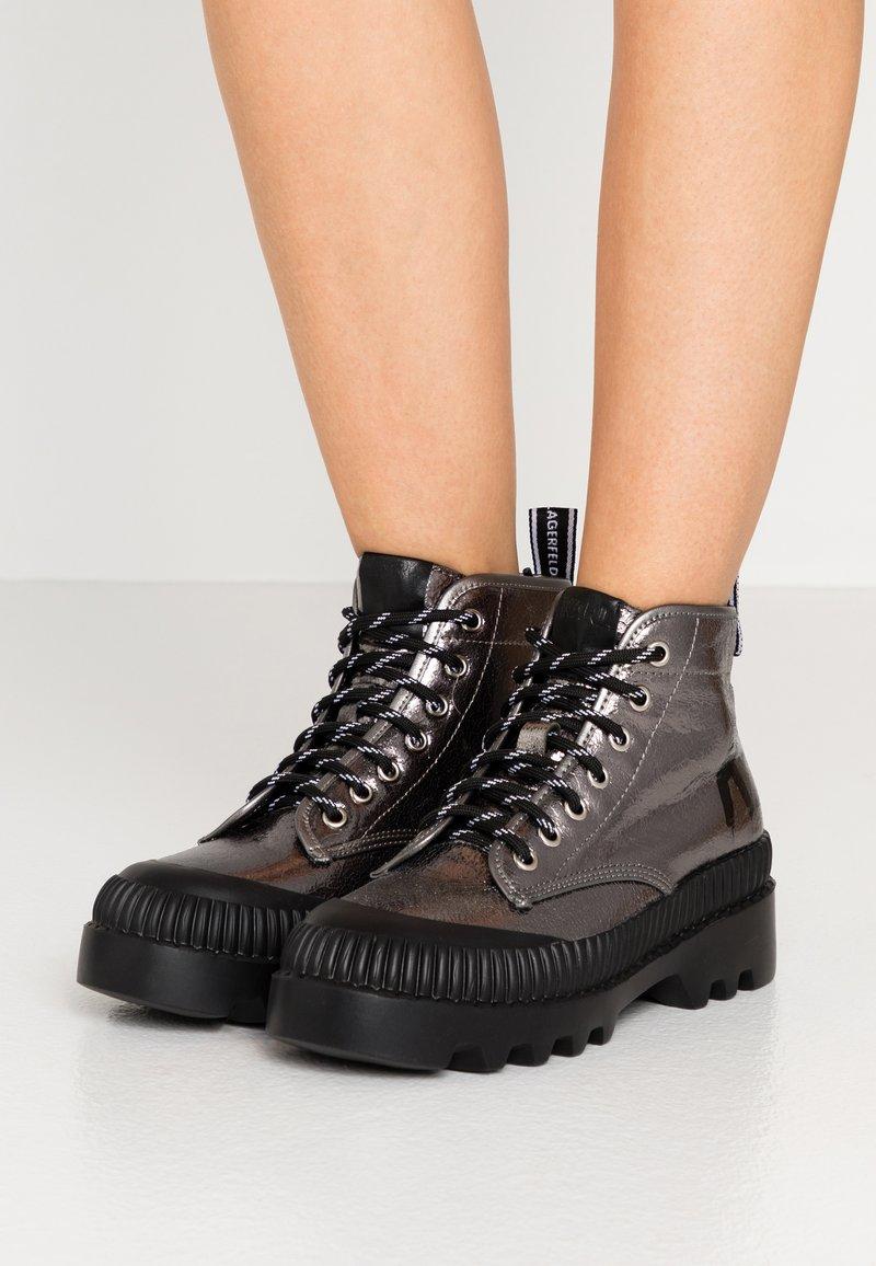 KARL LAGERFELD - TREKKA BRUSH LOGO HIKER - Boots à talons - dark metal