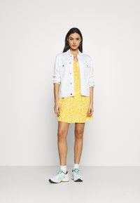Glamorous - CARE PRINTED MINI DRESS WITH SHOULDER TIE DETAIL - Kjole - yellow - 1