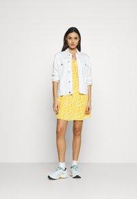 Glamorous - CARE PRINTED MINI DRESS WITH SHOULDER TIE DETAIL - Hverdagskjoler - yellow - 1