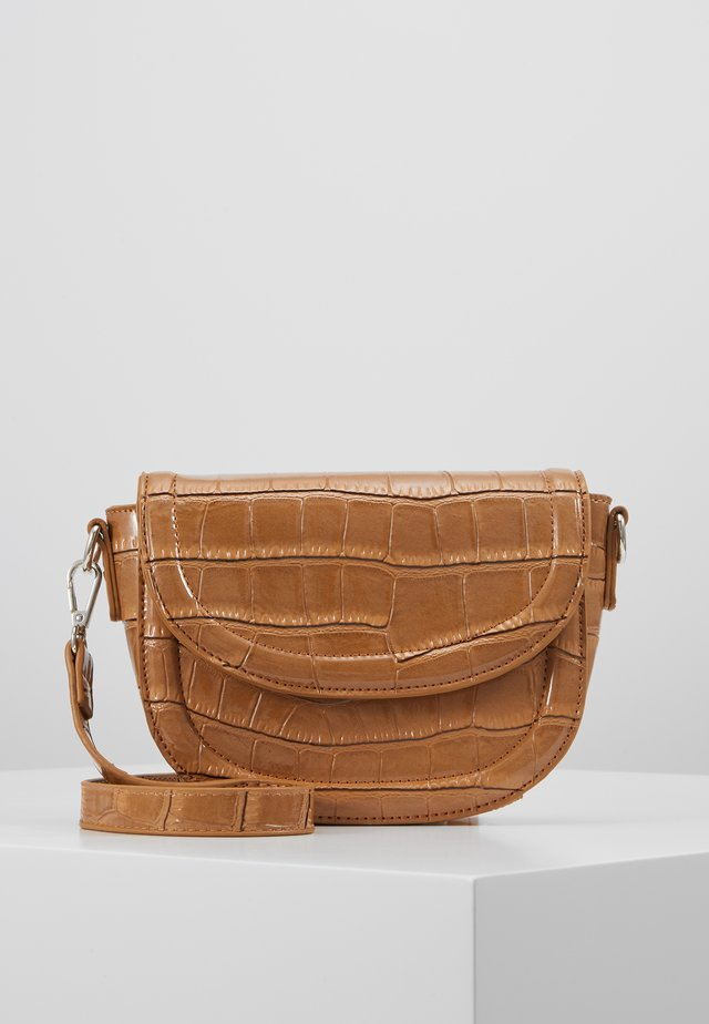 PCLOUISE CROSS BODY - Schoudertas - toasted coconut/silver