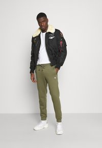 Jack & Jones - JJISIMONE 2-PACK - Tracksuit bottoms - navy blazer/khaki - 1