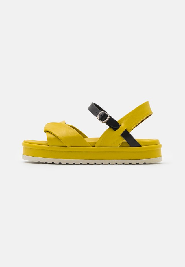 Korkeakorkoiset sandaalit - lemon