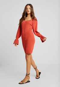 Lost Ink - BUTTON FRONT SQUARE NECK FULL SLEEVE DRESS - Strikkjoler - rust - 1