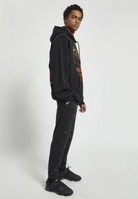 PULL&BEAR - Pantaloni sportivi - mottled black - 3