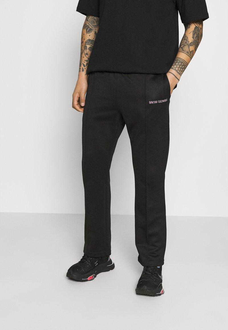 9N1M SENSE - LOGO PANTS UNISEX - Pantalon de survêtement - black