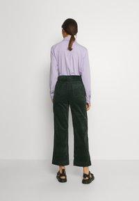 Monki - NILLA TROUSERS - Trousers - green dark - 2