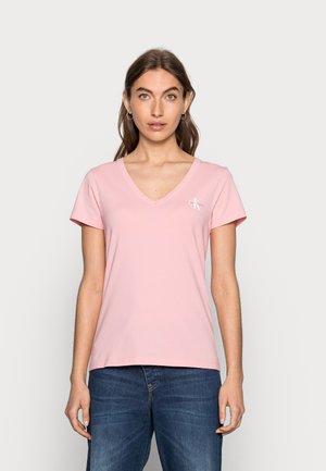 MONOGRAM SLIM V-NECK TEE - T-shirts - pink