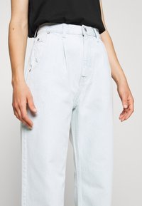 Weekday - FOLD PLEAT TROUSERS - Jean boyfriend - bleached blue - 5