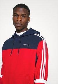 adidas Originals - CLASSICS HOODY - Hoodie - scarle/conavy - 4
