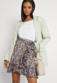 Scotch & Soda - PRINTED WRAP OVER SKIRT - Mini skirt - combo - 3