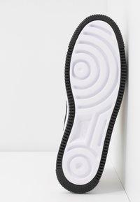 Nike Sportswear - AIR FORCE 1 SAGE - Zapatillas - light cream/black/metallic gold - 4