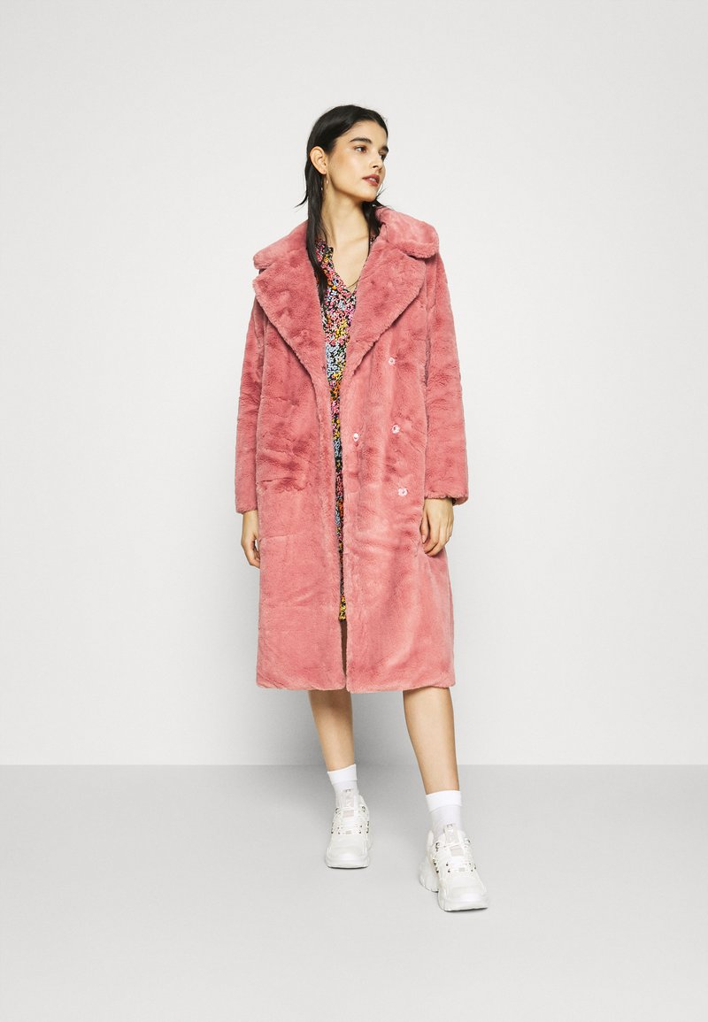 NA-KD - FAUX FUR COAT - Klasický kabát - dusty rose
