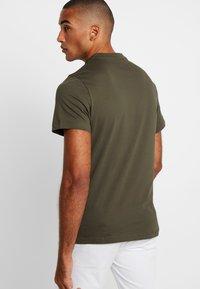 Lacoste - T-shirt med print - baobab - 2