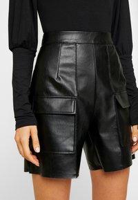Missguided - JORDAN LIPSCOMBE PU UTILITY SHORT - Shorts - black - 4