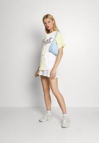 Karl Kani - VARSITY BLOCK PINSTRIPE BASEBALL SHIRT - Print T-shirt - white - 1