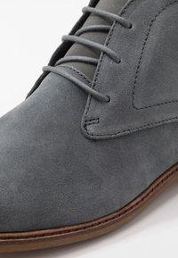 Burton Menswear London - BRAN CHUKKA - Veterschoenen - grey - 5