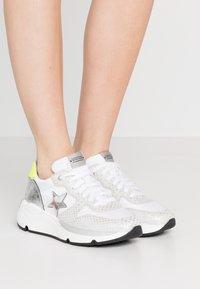 Noclaim - LOGAN  - Sneakers basse - bianco/fluo - 0