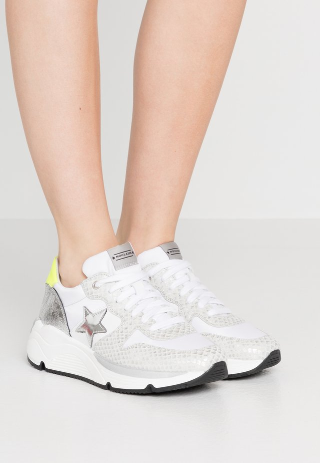 LOGAN  - Trainers - bianco/fluo