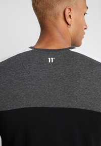 11 DEGREES - PANEL BLOCK - T-shirt print - black/anthracite marl/white - 3