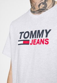 Tommy Jeans - CORP LOGO TEE - T-shirt med print - grey - 3