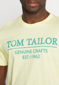 TOM TAILOR - Print T-shirt - pale straw yellow - 4
