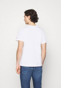 Tommy Jeans - CORP LOGO TEE - T-shirt med print - white - 2