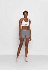 Nike Performance - AIR INDY CUTOUTBRA - Brassières de sport à maintien léger - white/pure platinum/black - 1