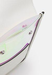 KARL LAGERFELD - K/JOURNEY HOLOGRAM - Umhängetasche - iridescent - 2