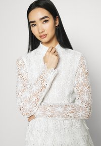 NA-KD - EMBROIDERED FLOUNCE DRESS - Cocktailkjole - white - 3