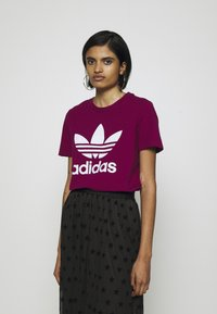 adidas Originals - TREFOIL TEE - T-shirt med print - power berry/white - 0
