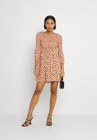 Glamorous - SMOCKED BUBBLE SLEEVE MINI DRESSES WITH ROUND NECK - Denní šaty - peach ditsy - 1