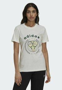 adidas Originals - TENNIS LUXE GRAPHIC ORIGINALS - T-shirt imprimé - off white - 1