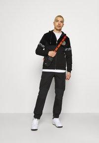 Glorious Gangsta - ARMANDO ZIPHOODIE - Zip-up sweatshirt - jet black - 1