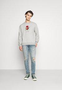 Nominal - FREDA KAHLO HEART CREW - Sweatshirt - grey marl - 1