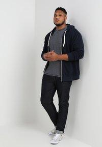 Jack & Jones - JJEHOLMEN  ZIP HOOD PLUS - Zip-up hoodie - navy blazer - 1