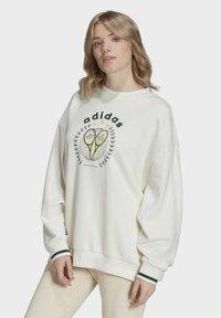 adidas Originals - TENNIS LUXE GRAPHIC SWEATER ORIGINALS PULLOVER - Sweatshirt - off white - 0