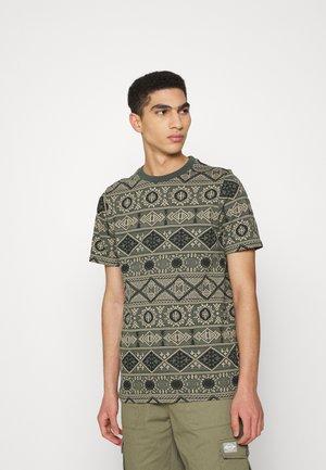 AKROD - T-shirt z nadrukiem - deep forrest