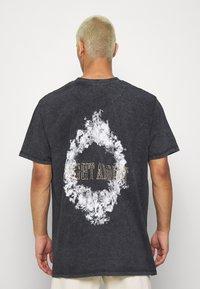Night Addict - SMOKE - T-shirt med print - acid wash - 0