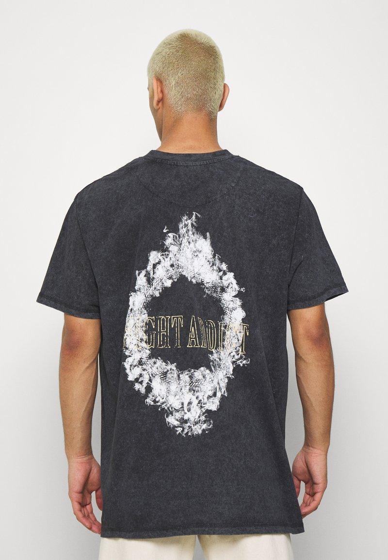 Night Addict - SMOKE - T-shirt med print - acid wash