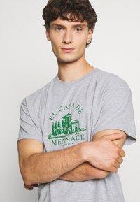 Mennace - EL CASA UNISEX - T-shirt con stampa - grey - 3