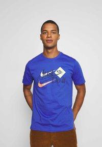 Nike Sportswear - BRAND RIFFS - Camiseta estampada - astronomy blue - 0